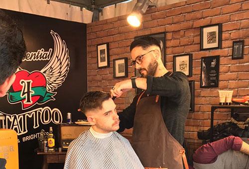 Daniele Anatolio taglia i capelli