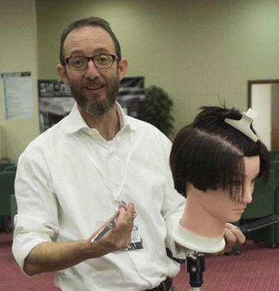 il barbiere Claudio Gilberti taglia i capelli